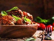 Рецепта Телешки кюфтета яхния в доматен сос с ориз, лук и магданоз в тенджера на котлон